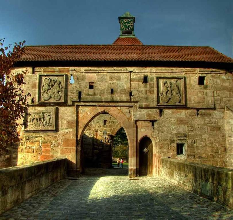 Hohenzollernburg/ Zugang mit vorgelagerte Brücke HDR