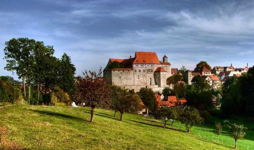Im Herbst. HDR. Blick auf die Hohenzollernburg in Cadolzburg/Mittelfranken, LDK, Fürth