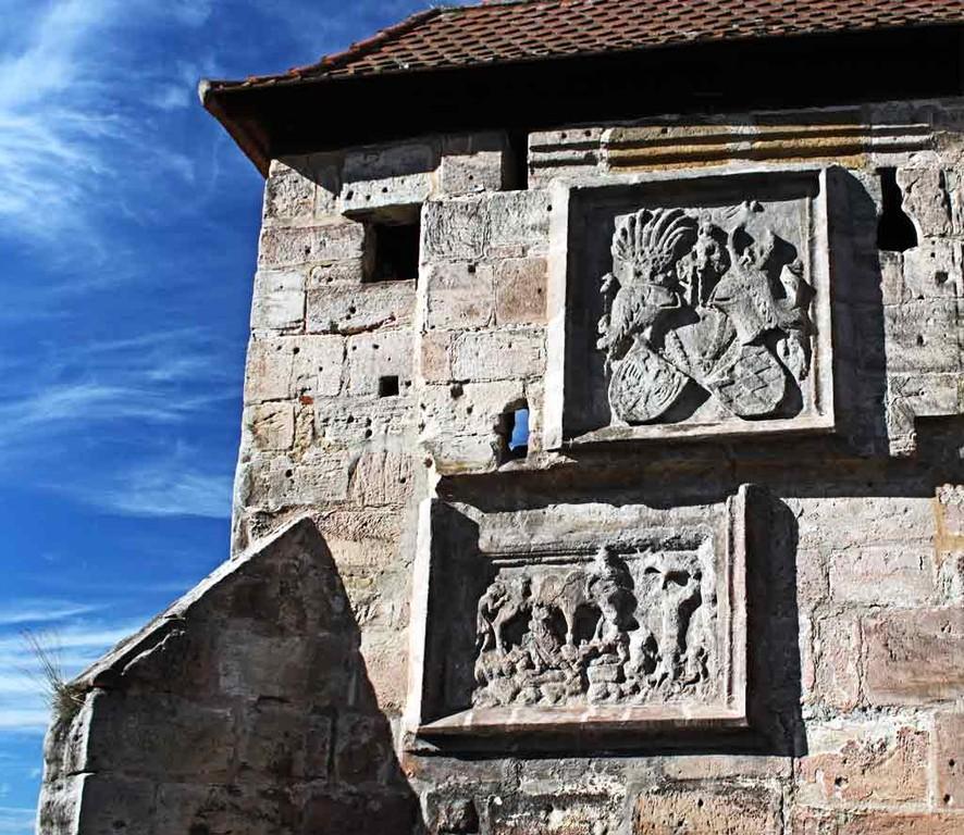 """Wappen des Marktgrafen von Ansbach u. Burggraf vun Nürnberg, Friedrich V. von Nürnberg, 1333-1398/ Darunter  Ein Relief der Judensau, """"Es ist hie zu Wittenberg an unserer Pfarrkirche eine Sau in Stein gehauen; da liegen junge Ferkel und Juden drunter, die"""