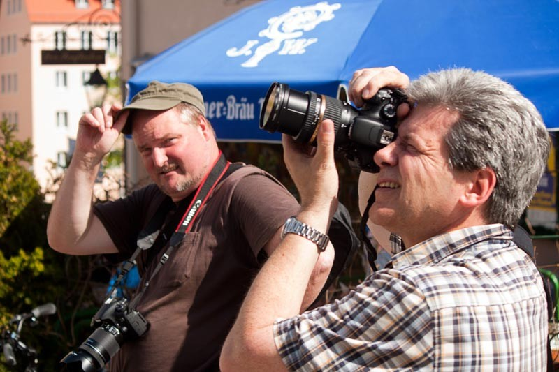 Zwei Freund bei Fotografieren