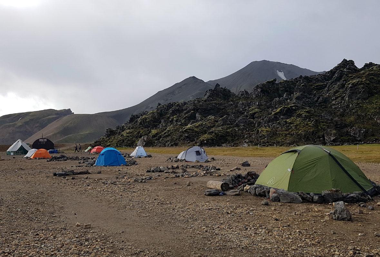 Point de départ : les tentes sont arrimées, ça doit souffler fort parfois...