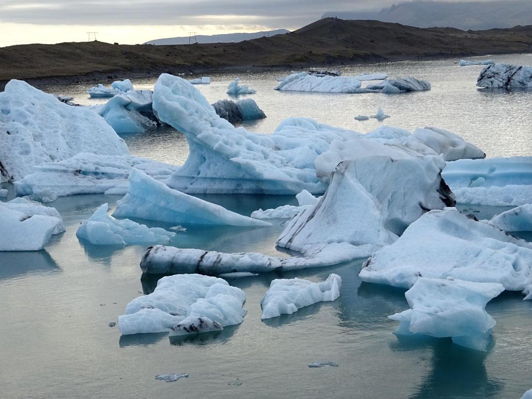 Fragments du glacier dérivant vers la mer : Jökulsárlón