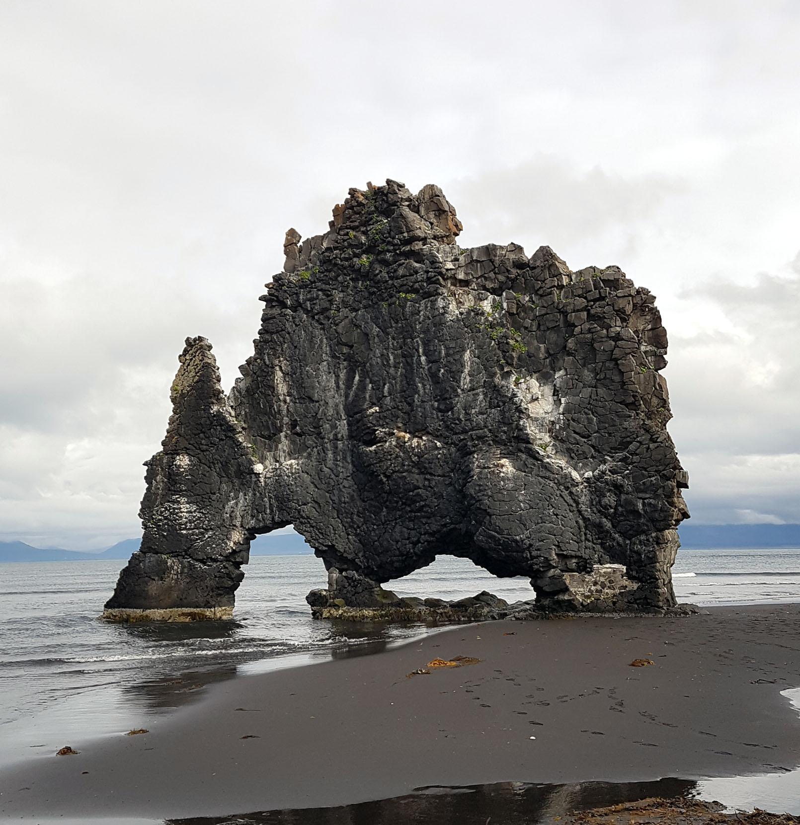 A la pointe de la péninsule, ce bloc de basalte de quinze mètres de hauteur découpé par l'érosion semble sortit de nulle part...