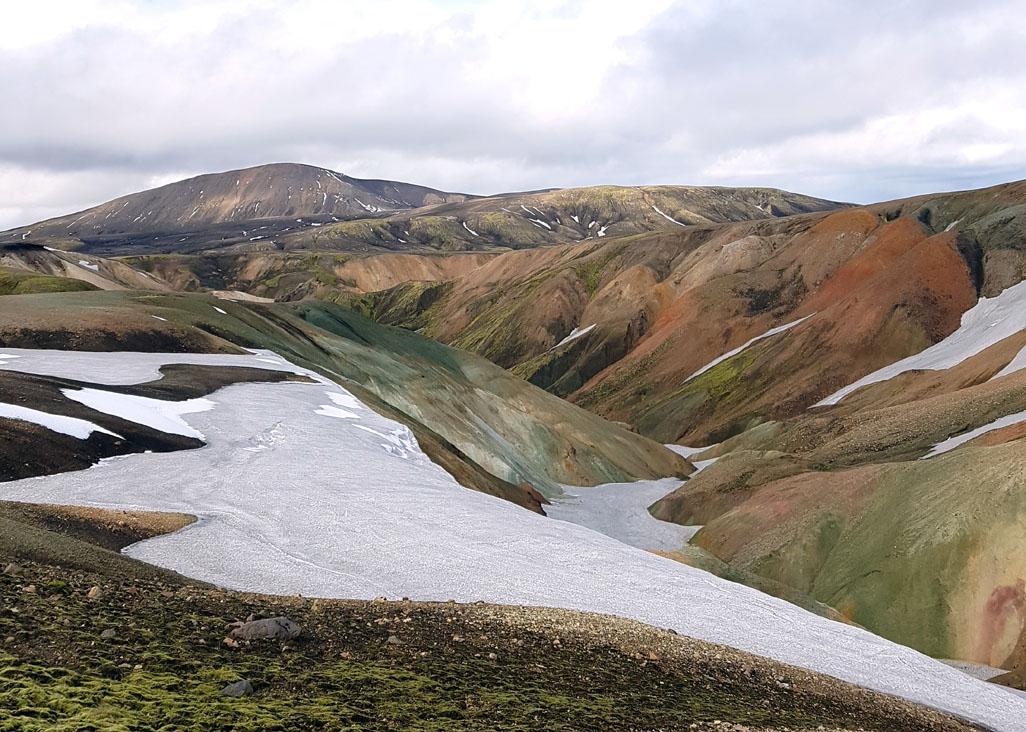 Les couleurs irréelles se mêlent au blanc de la neige