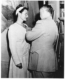 Virginia Hall recevant la DSC des mains du général Donovan n 1945 © CIA People