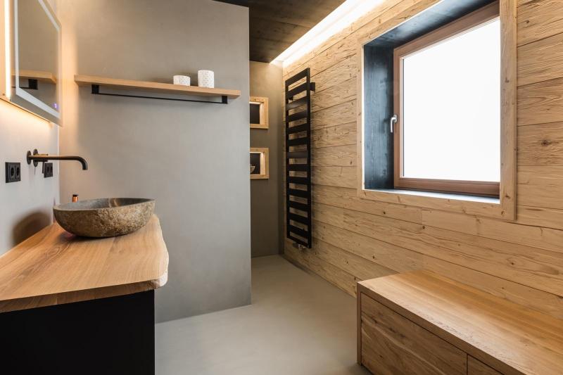 Fugenloses Bad mit Holzwandverkleidung