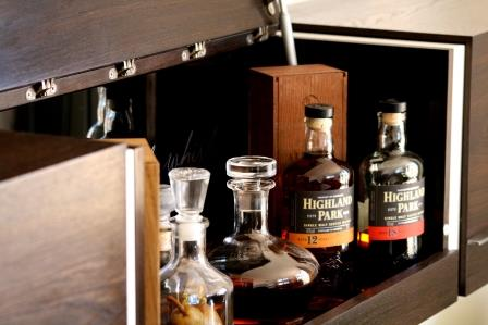 Schreinerei Hopfmann Holz Schmankerl Bichl Whiskeymöbel Hausbar Edle Spirituosen präsentiert in edler Räuchereiche