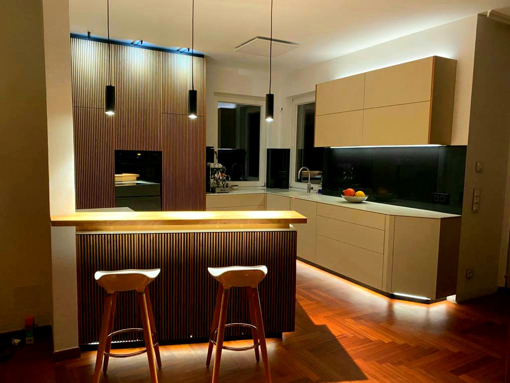 Designküche in Fenix mit Lamellen aus Kirschbaum