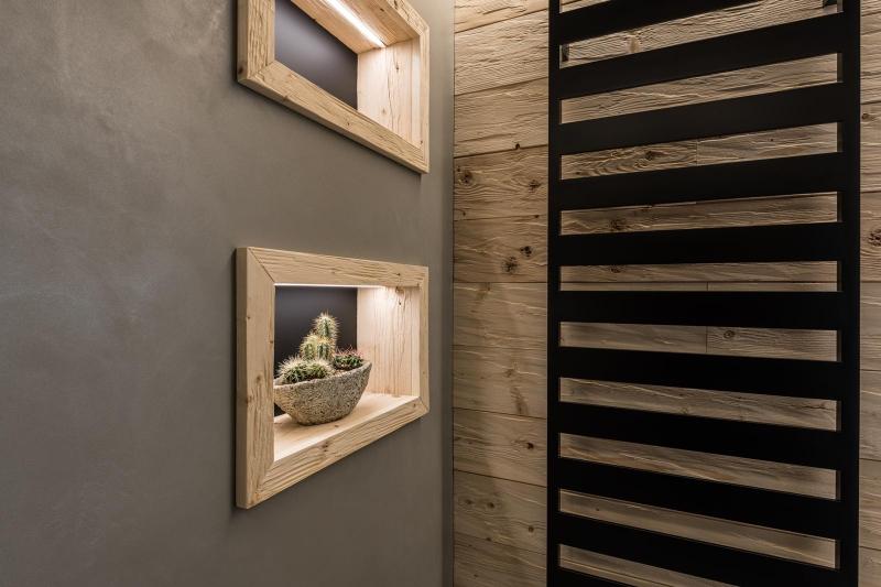 Fugenloses Bad mit beleuchteten Holzkuben