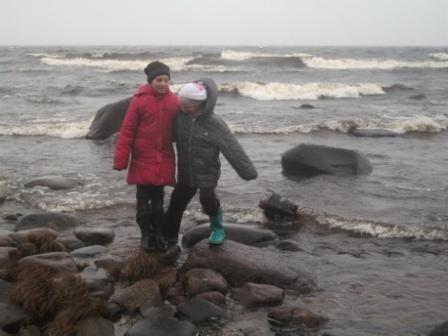 Патракеева Оля и Боровик Лида на берегу Ладожского озера
