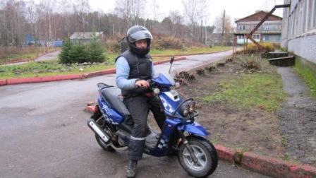 Фигурное вождение на скутере  показал около школы папа Иевлева Егора.