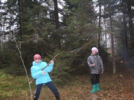 Сасина Василина и Боровик Лида  в лесу
