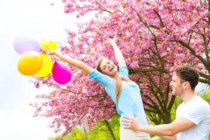 Fröhliche Frau mit Luftballons in der Hand Anleitung zum Abnehmen Ernährungsberatung Aschaffenburg