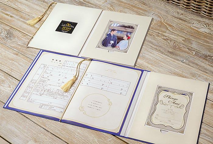 オリジナルケースには婚姻届、記念カード、記念写真を収めるスペースがあります