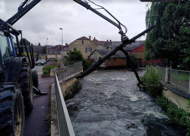 Tronc coincé dans le centre-ville de Mouy