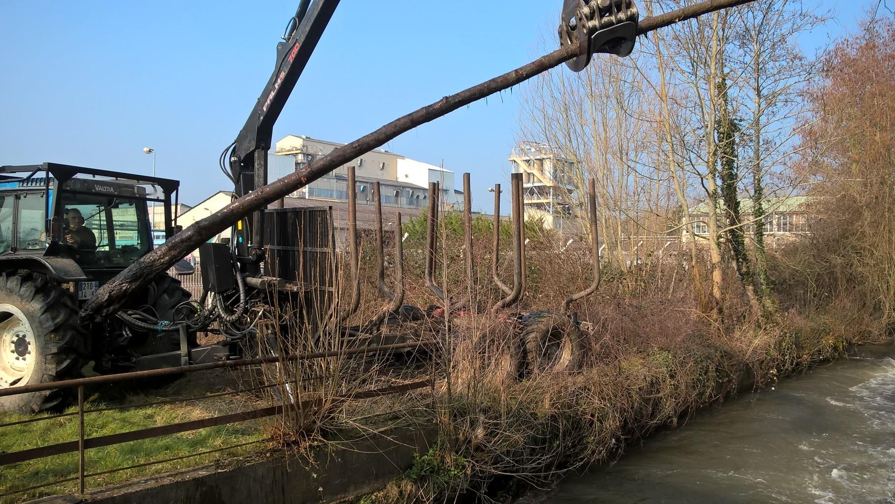 enlevement de l'arbre coincé dans le vannage de l'usine de Villers Saint Sepulccre