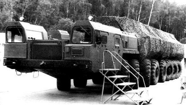Ракетное шасси МАЗ-7922 «Зубр» (16x16) с 780-сильным дизелем V12 на военном показе 1992