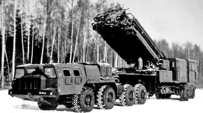 Тягач МАЗ-74106 с полуприцепом МАЗ-9988 и радиолокатором 64Н6Е зенитной системы С-300ПМ