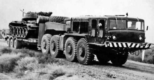 Прототип седельного тягача МАЗ-545 с 4-дверной кабиной и полуприцепом МАЗ-796. 1973