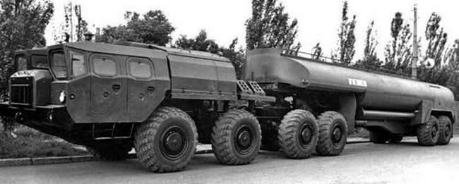 Седельный тягач МАЗ-7410 с активным полуприцепом-заправщиком АТЗ-30-9989. 1978 год