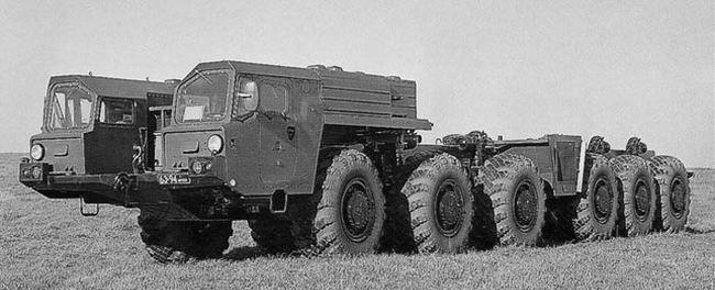 Первое 55-тонное шасси МАЗ-547А (12x12) с двумя одинаковыми бортовыми кабинами. 1970