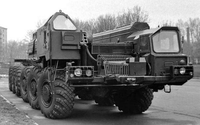 Ракетное шасси МАЗ-547В с разными кабинами. 1974