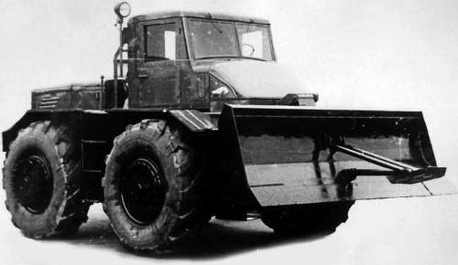Армейский тягач МАЗ-528 с бульдозерным отвалом. 1955
