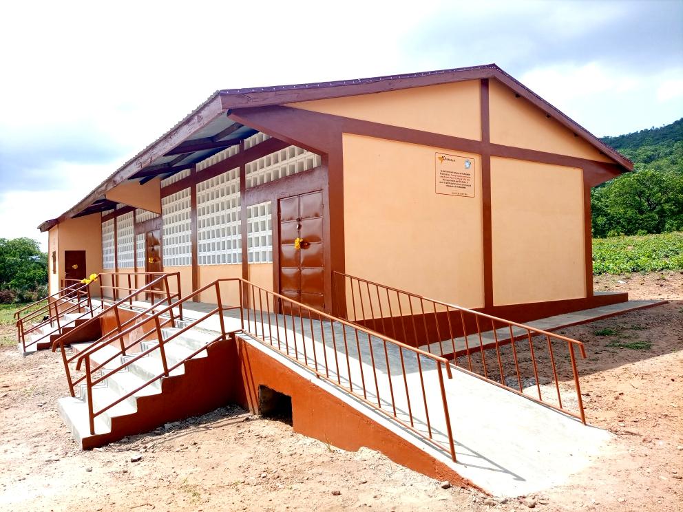 Ein Vorschulgebäude mit Ausstattung und Pumpbrunnen – Grundschule Tchalimdè