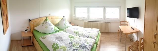 erstes Schlafzimmer mit TV