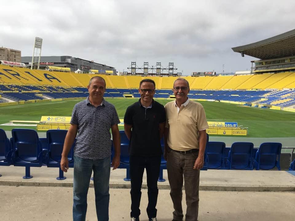 De izquierda a derecha, el Comodor y el Director de la Escuela de Vela, Carmelo Jiménez y Héctor Acevedo,  con el encargado del proyecto JuegosDVida,  Juan Manuel Betancor León.