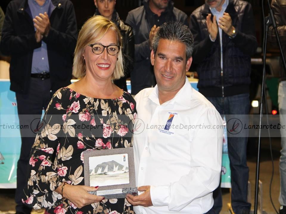 Reconocimiento a la Federación Insular de Gran Canaria por parte de la Federación Canaria de Barquillos de Vela Latina. Representante de la Federación Insular con Bruno Farray, directivo de la Federación Canaria.