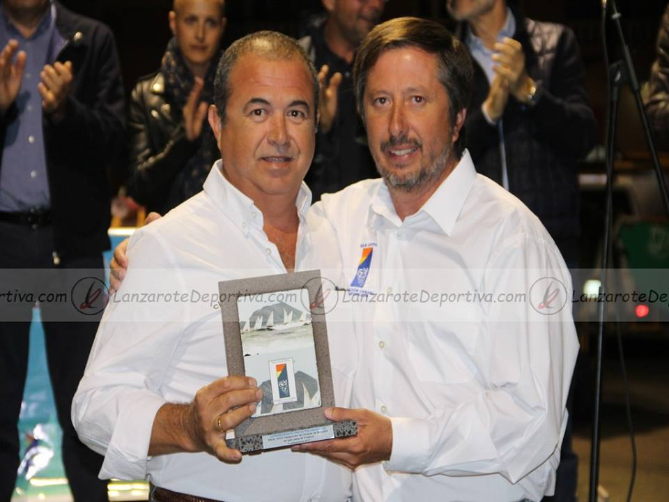 Reconocimiento al Real Club Victoria por parte de la Federación Canaria de Barquillos de Vela Latina.  El Comodoro Carmelo Jiménez con Ángel Delgado, Presidente de la Federación.