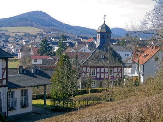Ostseite der Kapelle mit Blick auf Breidenstein, Mai 2005