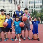 Übergabe der vier Basketbälle an die Bewohner (Danke für die Bereitstellung der Fotos an die Ehrenamtskoordinatorin der ASB Nothilfe Berlin gGmbH Frau Dr. Baluch)