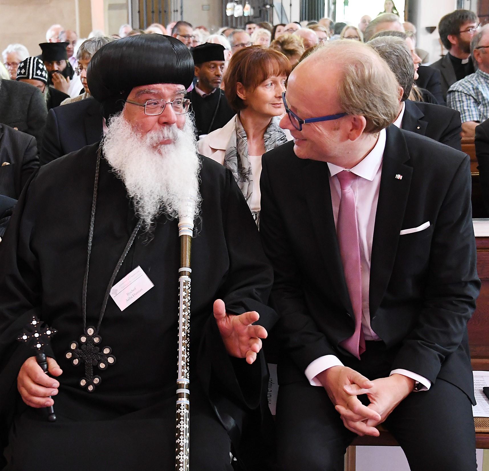 S.E. Bischof Anba Damian, André Kuper, Präsident des Landtages von Nordrhein-Westfalen. Foto: Maria Hopp