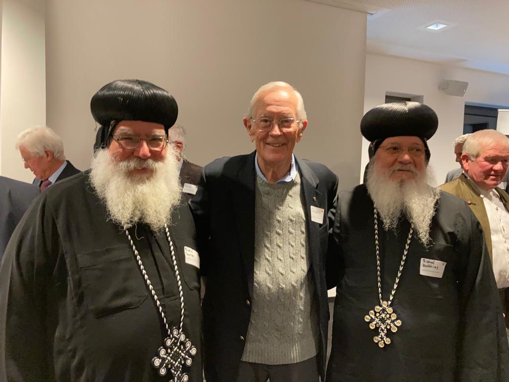 S.E. Bischof Damian und S.E. Bischof Matthias aus den USA mit dem amerikanischen Astronauten Charles Duke. (18. Oktober 2021 in Baunatal)