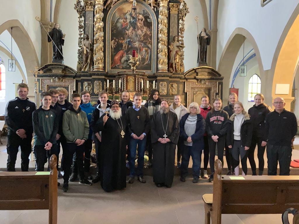 Gruppenfoto der Oberstufe des Gymnasiums Leoninum Handrup aus dem Emsland mit P. Volker Kreuzmann, S.E. Bischof Anba Damian und Pater Bolikarbos.