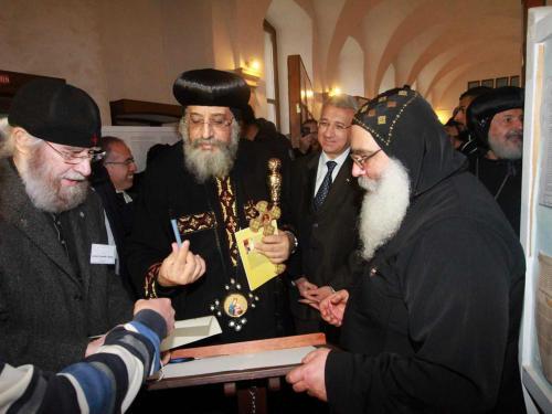 S.H. Papst Tawadros II. weihte die Kapelle des Klosters und eröffnete die Dauerausstellung von Gunter Schmidt-Riedig. Foto: Dieter Obermeyer