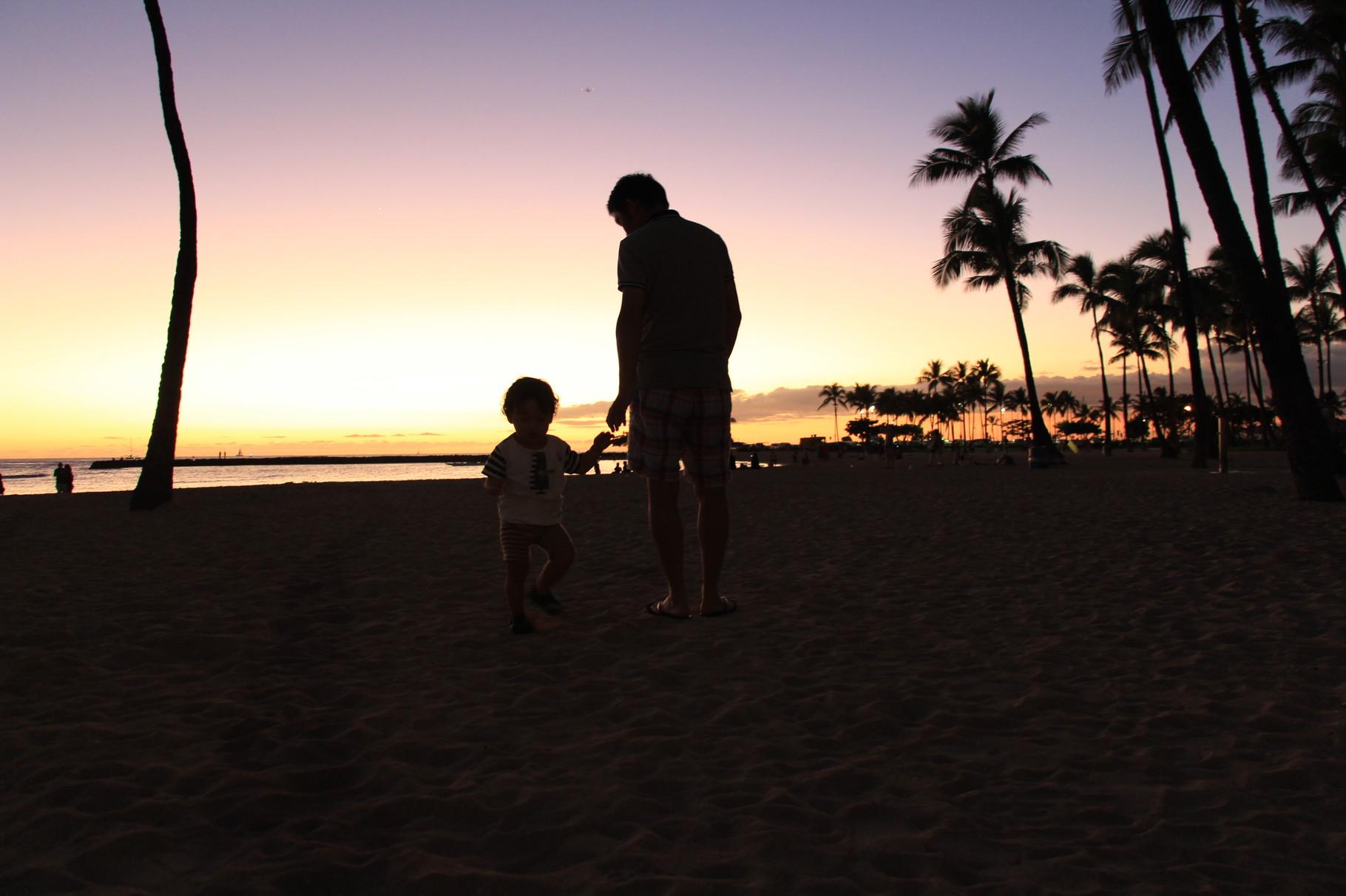 ハワイ ヒルトン前のビーチにて親子ショット
