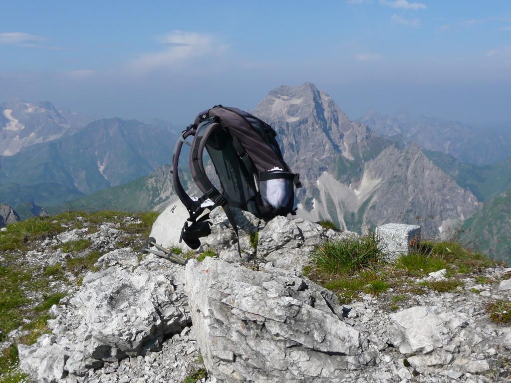 Am Gipfel ohne Kreuz mit Grenzstein