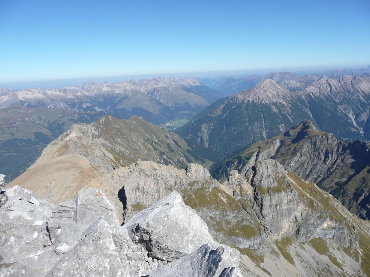 Blick von der Wetterspitze in die Allgäuer Alpen und auf Elbigenalp