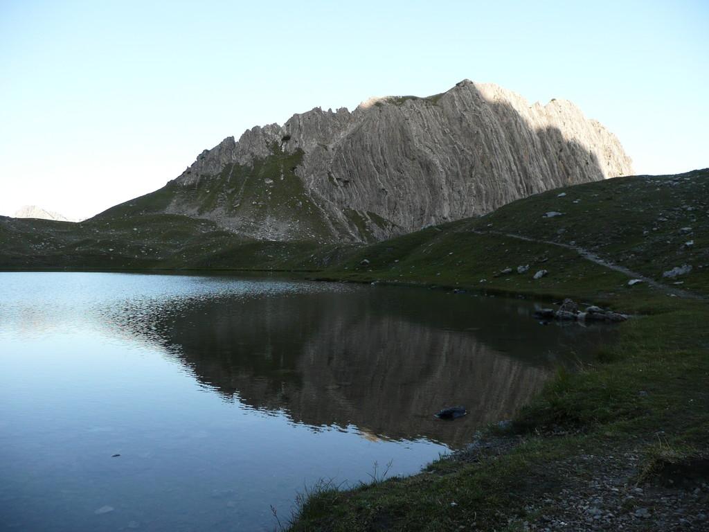 Kogelsee und Gipfel des Kogel mit Kogelgrat