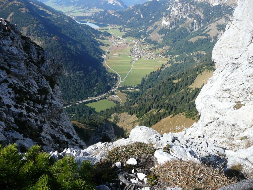 Schöner Vesperplatz unterhalb des Gipfels mit Blick ins Tal