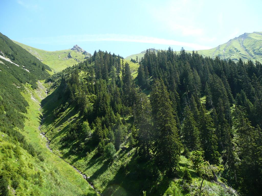 Tiefe Gräben durchziehen die Landschaft beim Aufstieg