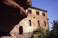 """Auf einem Sandsteinplateau, hoch über der Saar, befindet sich die """"Klause"""" von Kastel-Staadt mit faszinierenden Ausblicken über das Saartal. Die ehemalige keltisch-römische Fluchtburg und Eremitenbehausung ließ der preußische König Friedrich Wilhelm IV. v"""