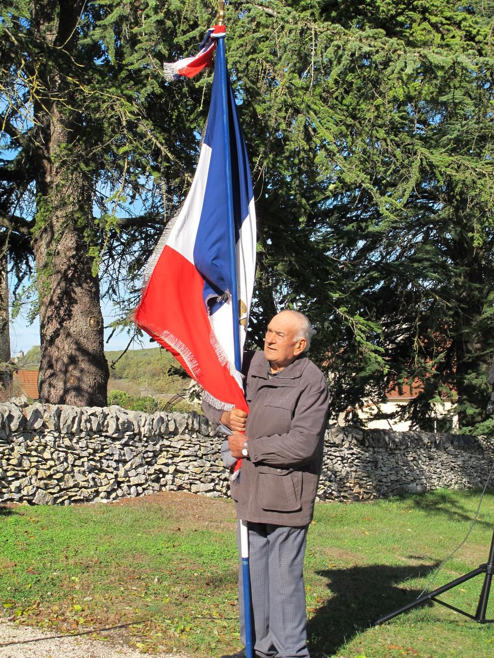 notre porte drapeau André Roumieux
