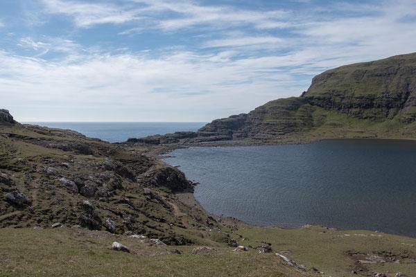 Beim Westufer heisst der See Sørvágsvatn, beim Ostufer Leitisvatn - färöische Eigenheiten?