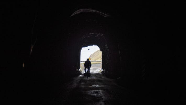 Auch hier begenen wir keinem Auto und es ist heller drin als dieses Foto vermittelt, die Tunnel sind minimal beleuchtet.