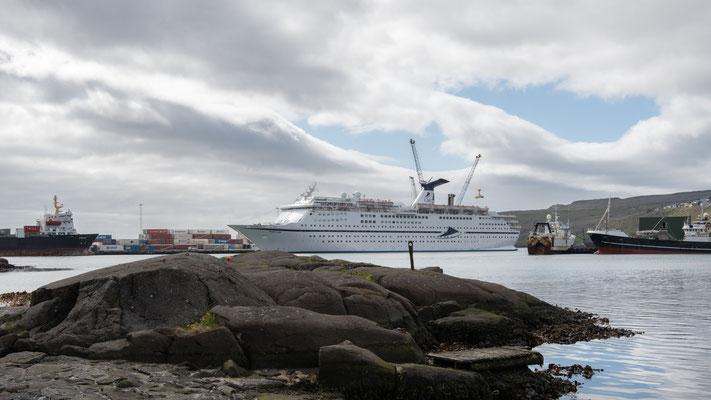 Während des Wartens auf die Fähre lag auch ein Kreuzfahrtschiff vor Ort und das Städtchen wurde geflutet von meist älteren Touristen.