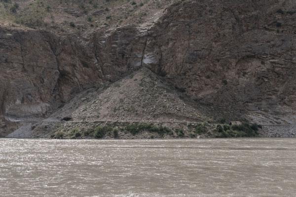 Starker Niederschlag führt wohl häufig zu Mehrarbeit, am rechten Bildrand steht ein Zelt, am linken ein Unterschlupf.